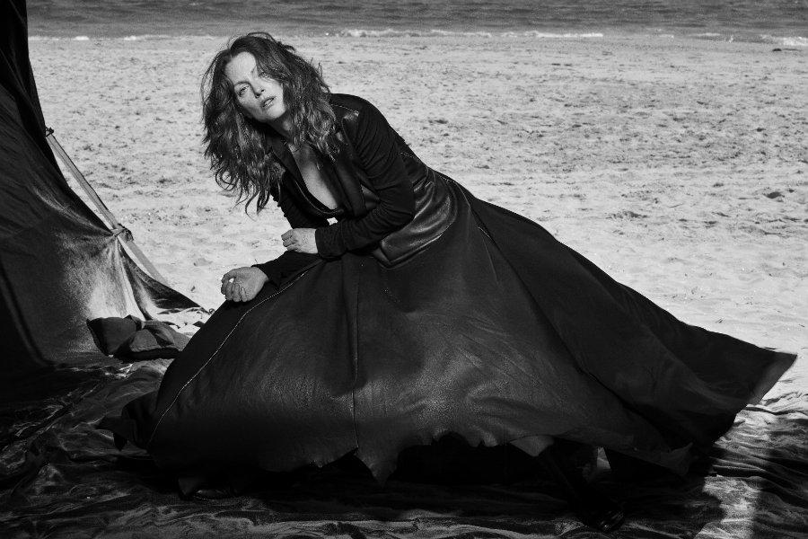 Julianne Moore, Long Island, New York, 2008 Vogue Italia © Peter Lindbergh (Courtesy of Peter Lindbergh, Paris / Gagosian Gallery) Yohji Yamamoto F/W 2008-2009