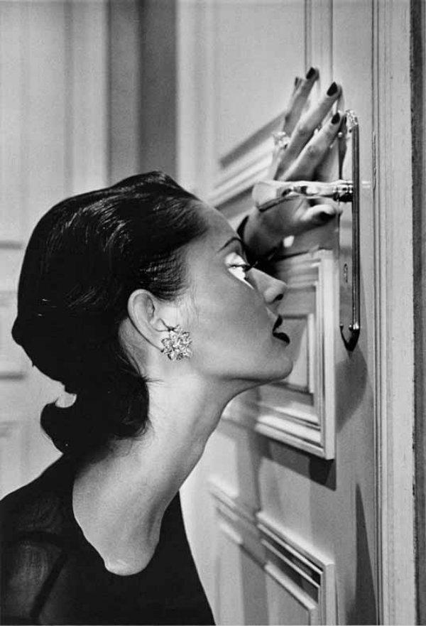 Helmut Newton / Heather looking through a keyhole, 1994 © Helmut Newton Estate