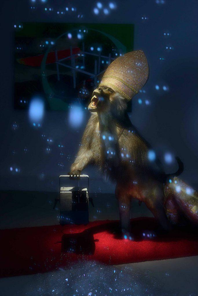 Tom Schmelzer Homo Bulla, 2009 - 2014 Installation, Affe, Teppich, Mitra, Bischofskette, Messhemd, Seifenblasenmaschine, Mantel Foto: Gerd Plitzner, Courtesy: Galerie Freitag 1830